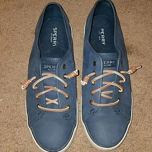 Woman's Sperry Suede shoes